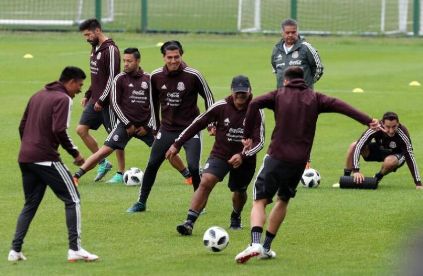Mexican players attend a training session of the Mexican national soccer team at Strogino stadium in Moscow, Russia. EFE