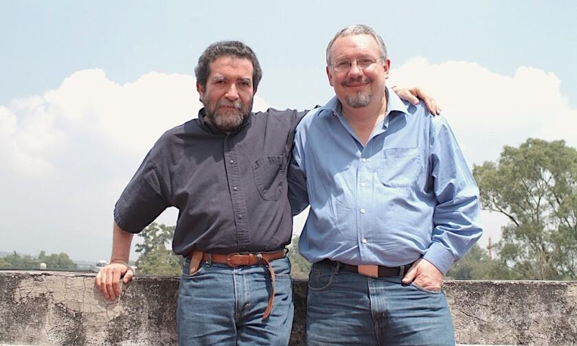 Hugo García Michel y Eusebio Ruvalcaba, autor de la columna 'Un hilito de sangre', que se publicó en La Mosca en la Pared.