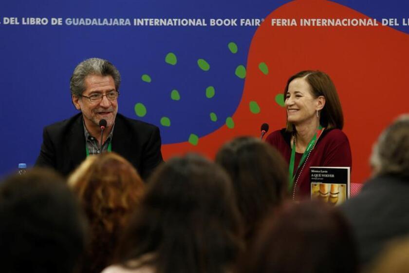 Los escritores mexicanos Mónica Lavín (d) y Rafael Pérez Gay (i) participan durante una ponencia en el marco de la Feria Internacional del Libro (FIL) hoy en la ciudad de Guadalajara, en el estado de Jalisco (México). EFE