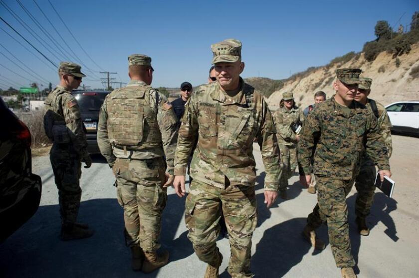 El teniente general del Ejército de Estados Unidos, Jeffery S. Buchanan (c), llega al cruce fronterizo entre México y Estados Unidos, donde soldados instalan un cercado de alambre, el 9 de noviembre de 2018, en San Diego, California, EE. UU. EFE/Archivo