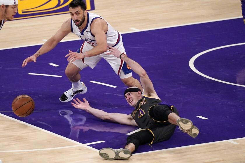 Alex Caruso, de los Lakers de Los Ángeles, y el argentino Facundo Campazzo, de los Nuggets
