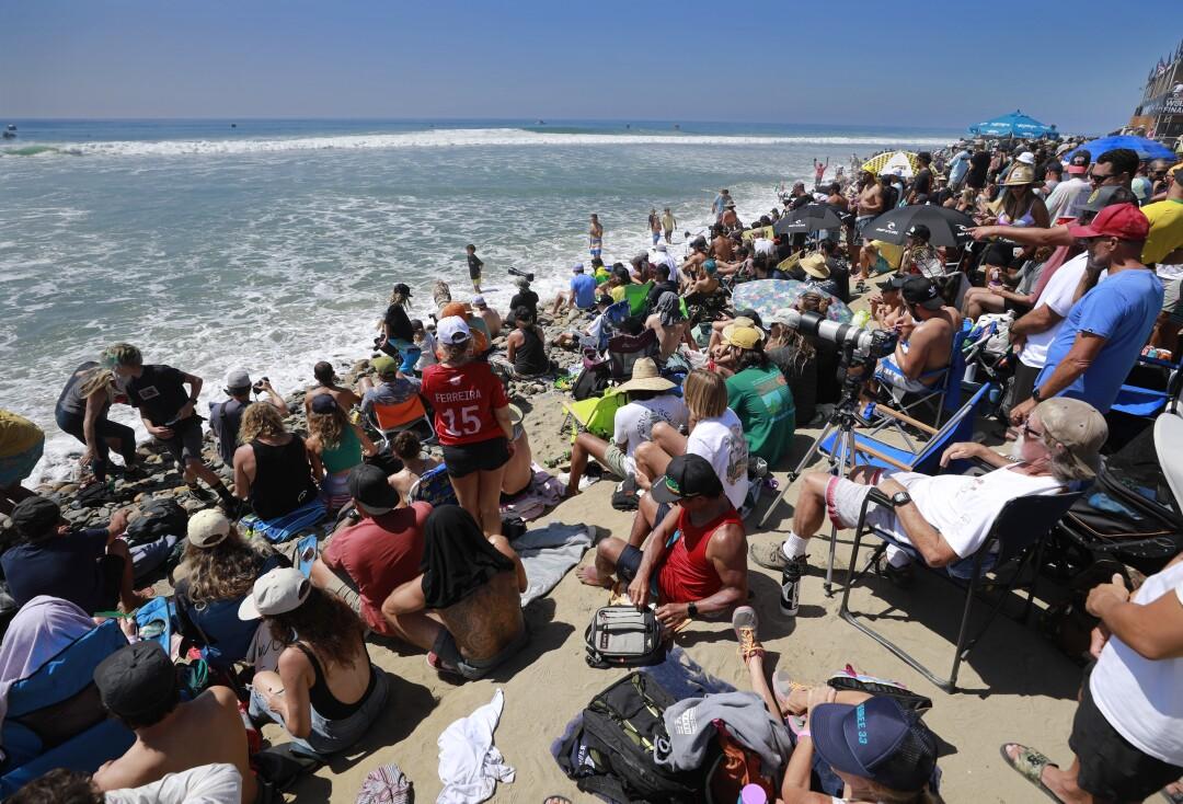 Os fãs alinham-se na praia para assistir às finais da World Surf League em Lower Trestles.