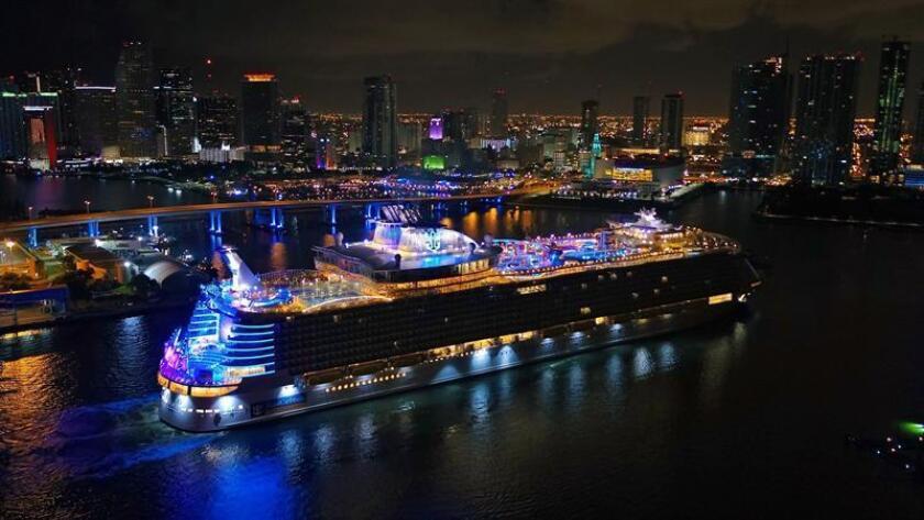 """Fotografía cedida por la compañía Royal Caribbean donde aparece su crucero el """"Symphony of the Seas"""" mientras hace entrada la noche del jueves 8 de noviembre de 2018, al puerto de Miami, Florida. EFE/Royal Caribbean"""