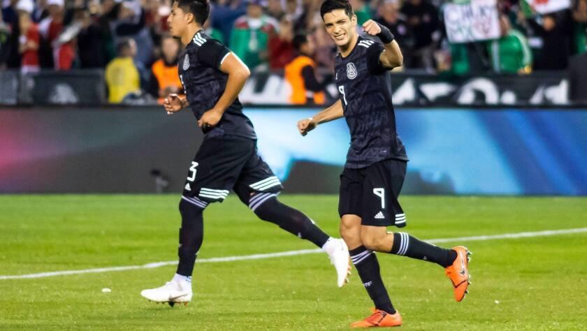 Raúl Jiménez (d) celebra tras anotar de penalti el primer gol de México ante Chile, en San Diego.