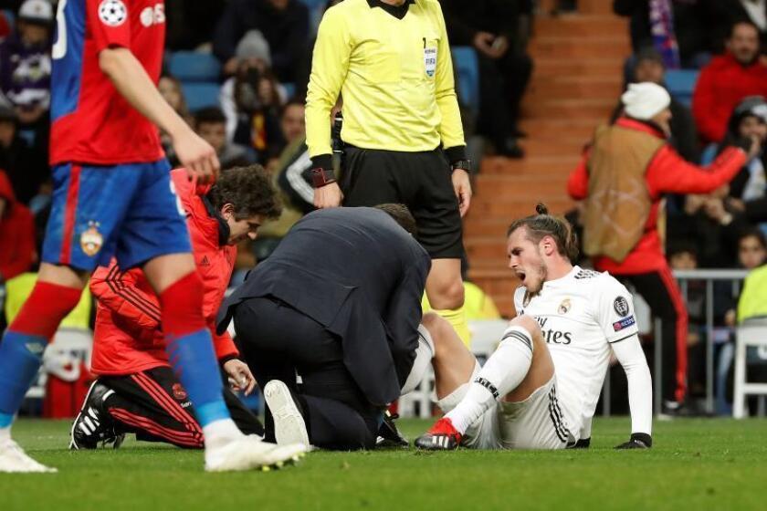 El centrocampista galés del Real Madrid Gareth Bale (d) tras caer lesionado ante el CSKA de Moscú, durante el partido de la sexta jornada de la fase de grupos de la Liga de Campeones que se disputó en el estadio Santiago Bernabéu. EFE