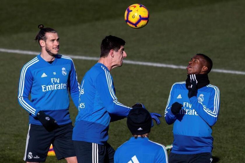 El delantero brasileño del Real Madrid Vinicius jr. junto al portero belga Thibaut Courtois y el galés Gareth Bale (i) durante el entrenamiento realizado en la Ciudad Deportiva de Valdebebas en la víspera del partido de la vigésima primera jornada de liga de Primera División que el conjunto blanco disputa ante el RCD Espanyol mañana en el RCDE Stadium. EFE
