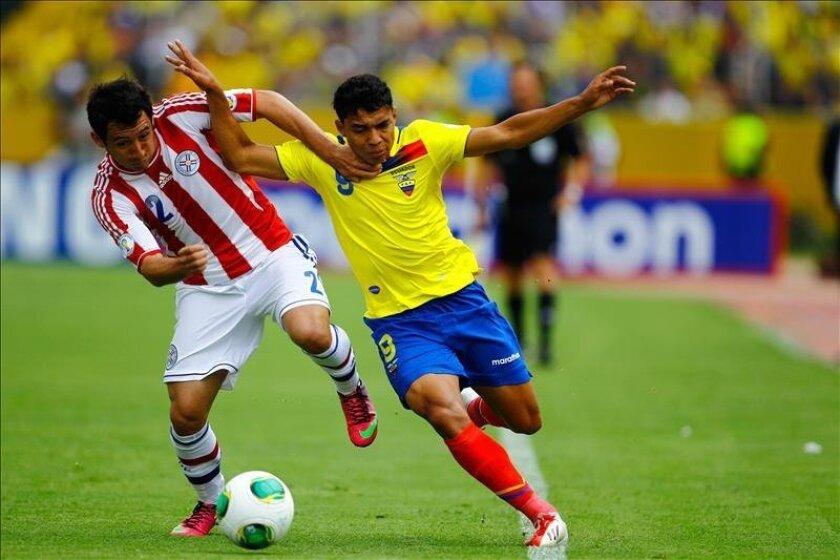 Imagen de archivo del jugador de la selección de Ecuador, Jefferson Montero (d), durante un partido contra Paraguay el 26 de marzo de 2013, durante el juego de eliminatorias para el Mundial Brasil 2014, en el estadio Atahualpa en Quito, Ecuador. EFE/Archivo