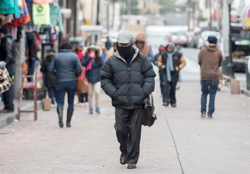 Fotografía del 1 de enero de 2019 muestra habitantes de la ciudad de Saltillo (México) que se protegen del frío que afecta a la región con temperaturas por debajo de los 0 grados. EFE