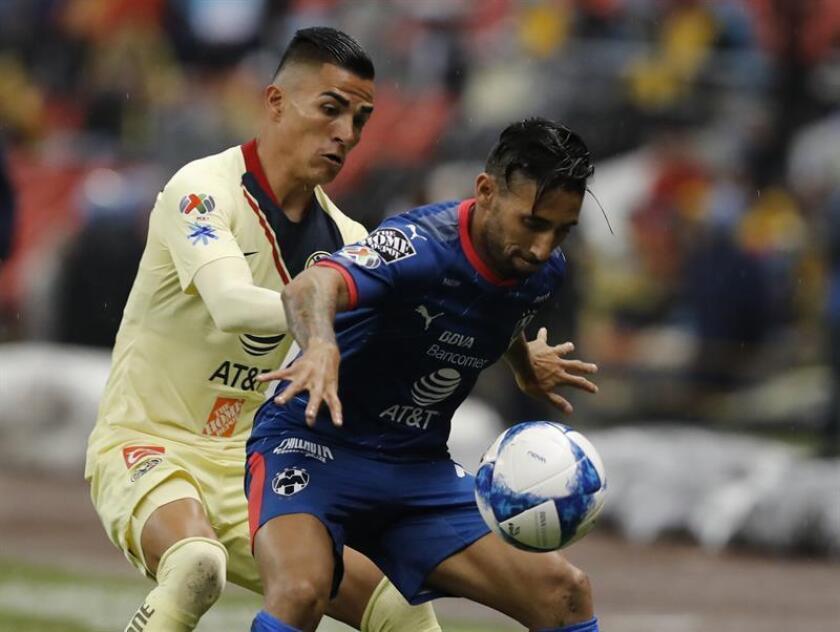 Guido Rodriguez (i) de América disputa el balón con José Basanta del Monterrey durante un juego en el Estadio Azteca, en Ciudad de México (México). EFE/Archivo