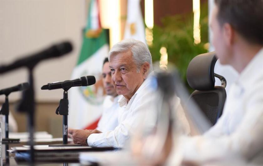 Fotografía cedida hoy, lunes 12 de noviembre de 2018, que muestra al presidente electo de México Andrés Manuel López Obrador (c) durante una reunión con gobernadores de la ciudad de Mérida en el estado de Yucatán (México). EFE/Prensa AMLO/SOLO USO EDITORIAL