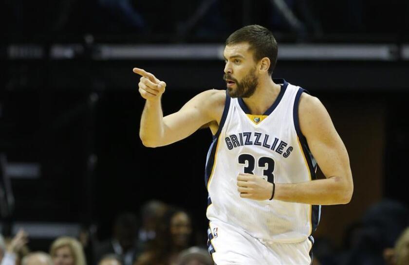 Marc Gasol de los Grizzlies disputa el balón esta semana durante un juego de la NBA. EFE