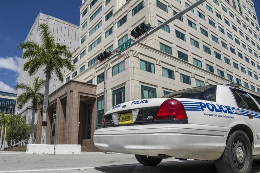 Un coche patrulla de la policía pasa delante del edificio James L King de la corte federal de Justicia en Miami, Florida. EFE/Archivo