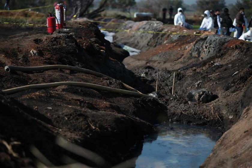 Fotografía de como quedó una toma clandestina de gasolina de Petróleos Mexicanos (Pemex) este sábado luego de una explosión, en en Tlahuelilpan (México). EFE