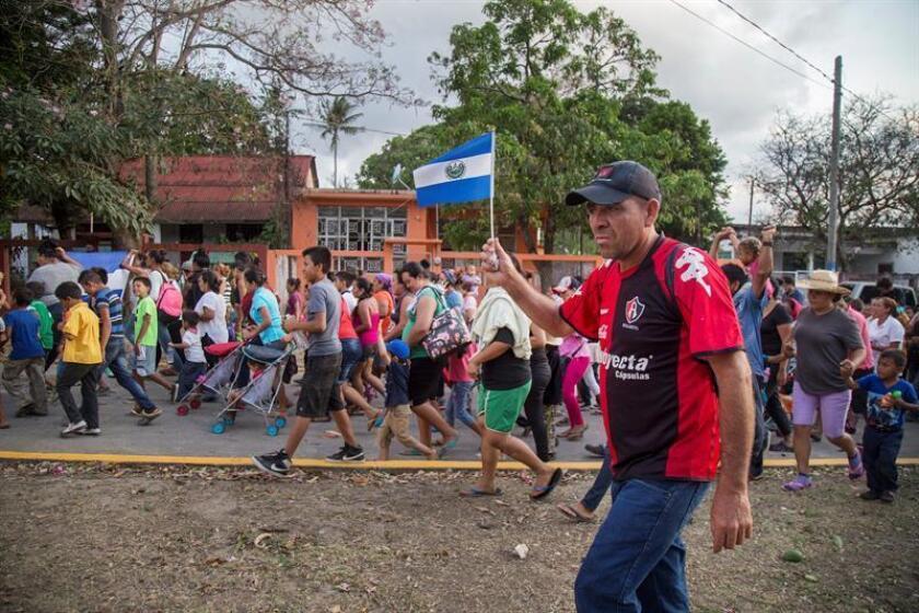 Migrantes centroamericanos protestan a su paso por la población de Nicolás Romero en el estado de Oaxaca (México). EFE