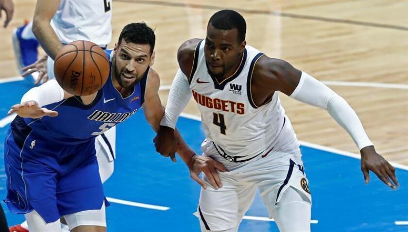 El jugador de los Nuggets de Denver Paul Millsap (d) disputa un balón con el jugador de los Mavericks de Dallas Salah Mejri (i), hoy. EFE