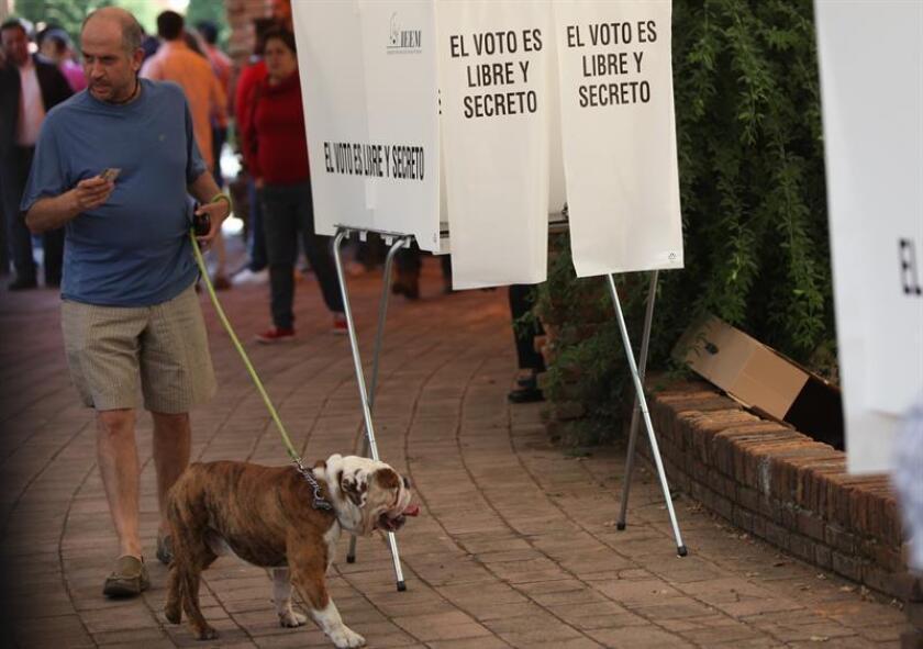 Fotografía de archivo fechada el día 5 de junio de 2017, que muestra una persona que acude a votar en el municipio de Huixquilucan (México). Los mexicanos tendrán la oportunidad de reelegir a diputados locales, alcaldes y regidores en los comicios generales del próximo 1 de julio por primera vez desde que en 1933 se prohibiera la reelección sucesiva. EFE