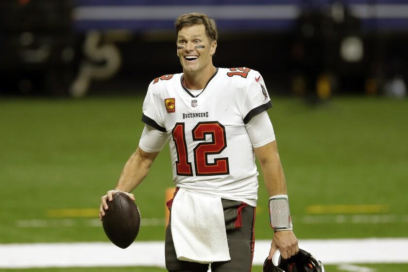 El quarterback de los Buccaneers de Tampa Bay, Tom Brady, abandona el campo