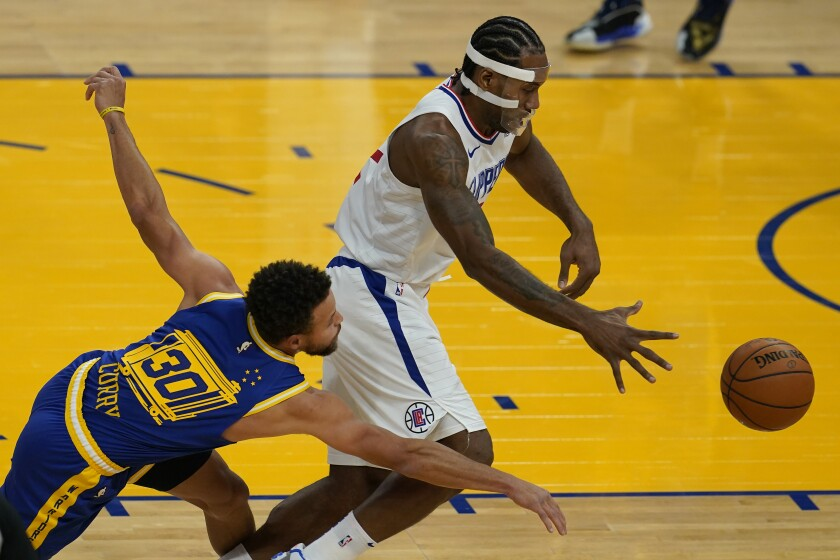 Golden State Warriors guard Stephen Curry (30) reaches for the ball next to Los Angeles Clippers forward Kawhi Leonard.