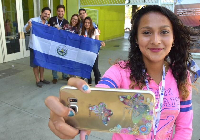 """Fátima Velásquez (d), originaria de El Salvador y reside en Los Ángeles, se toma una foto junto a otros Jóvenes hoy, domingo 4 de septiembre de 2016, en la última jornada de la III Cumbre de Juventudes Salvadoreñas en el Exterior, celebrada en Los Ángeles (California). El canciller de El Salvador, Hugo Martínez, invocó hoy en Los Ángeles a que sus jóvenes compatriotas residentes en EE.UU. se integren a su país de acogida """"sin perder las raíces fundamentales"""" salvadoreñas. EFE/Iván Mejia"""