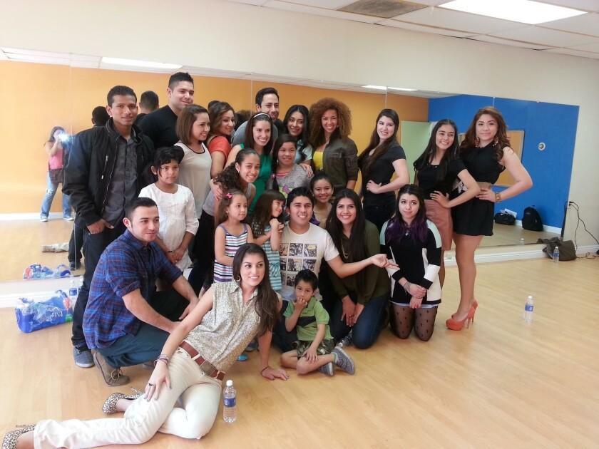 Martín Ortiz junto a estudiantes de su centro de desarrollo artístico, ubicado en el el 5128 ½ en el bulevard Santa Mónica, en Los Ángeles.