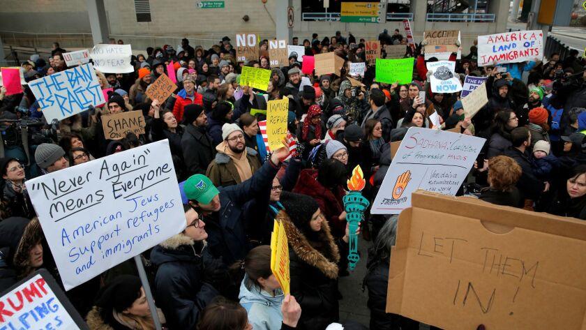 Decenas de personas se manifiestan en el Aeropuerto JFK de Nueva York, que ha sido el centro neurálgico de protestas.