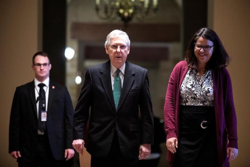 El líder de la mayoría republicana en el Senado, Mitch McConnell (c), camina hacia el Capitolio para una ronda de negociaciones tras el cierre parcial del gobierno, el martes 12 de febrero de 2019 en Washington (Estados Unidos). EFE/Archivo