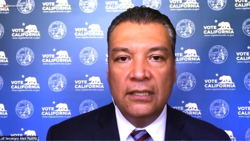 Secretario de Estado de California, Alex Padilla, (izquierda) durante una conferencia de prensa