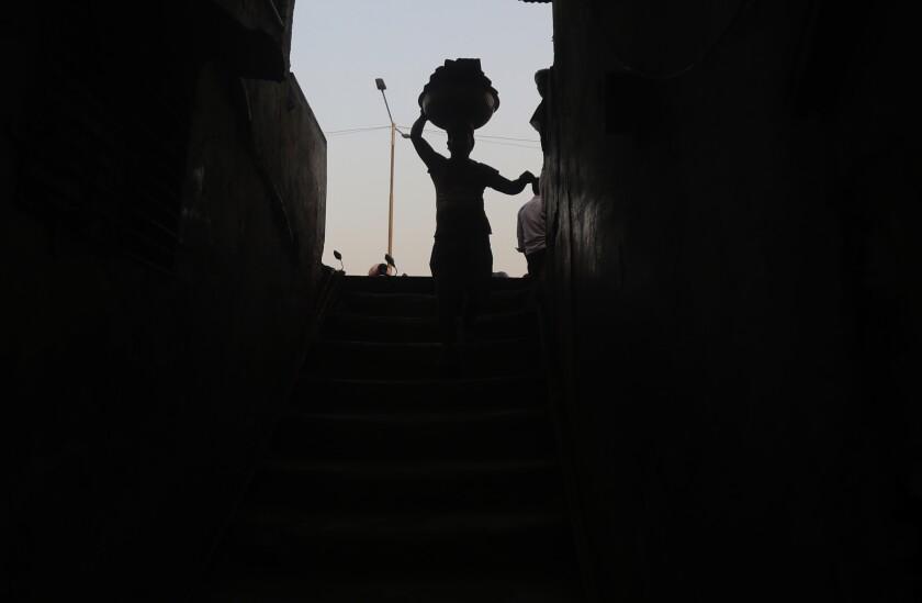 یک کارگر بار آجر حمل می کند