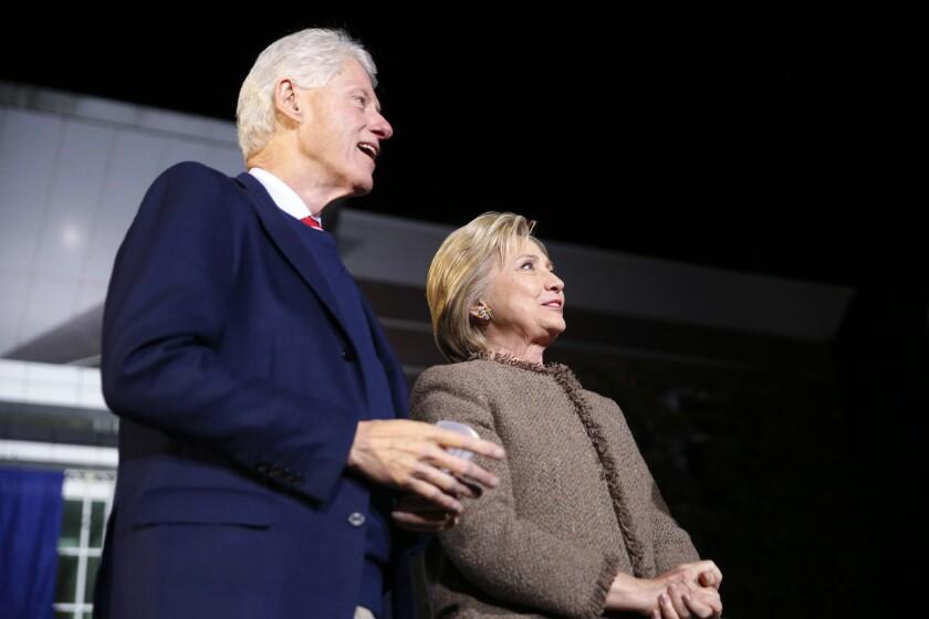 """La aspirante demócrata a la nominación del Partido Demócrata, Hillary Clinton, y su esposo, el expresidente Bill Clinton, antes de un discurso en el """"Get Out The Vote Rally"""" en Columbia, South Carolina. (Foto AP/Gerald Herbert)"""