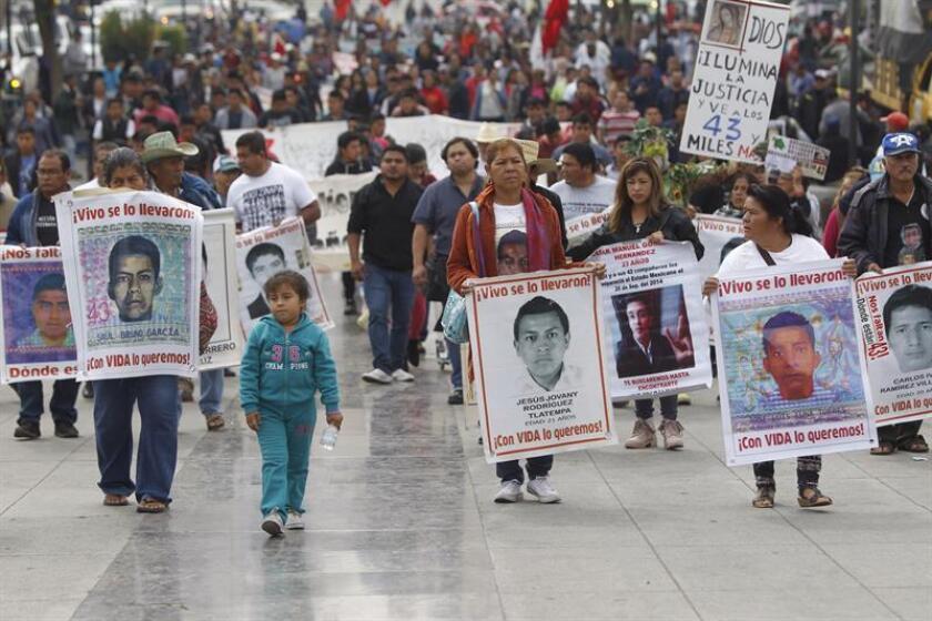 Familiares de los 43 estudiantes de la Escuela de Ayotzinapa, desaparecidos el 26 de septiembre de 2014, realizan una peregrinación a la Basílica de la Guadalupe al cumplirse 51 meses de su desaparición, en Ciudad de México (México). EFE/Archivo