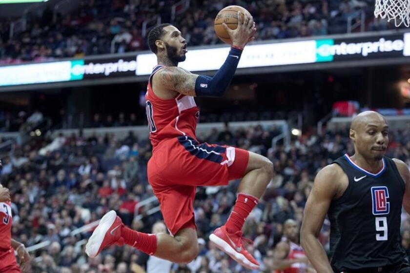 Washington Wizards forward Mike Scott (C) makes a layup during the second half of the NBA basketball game between the Los Angeles Clippers and the Washington Wizards at Capitol One Arena in Washington, DC, USA, 15 December 2017. EFE