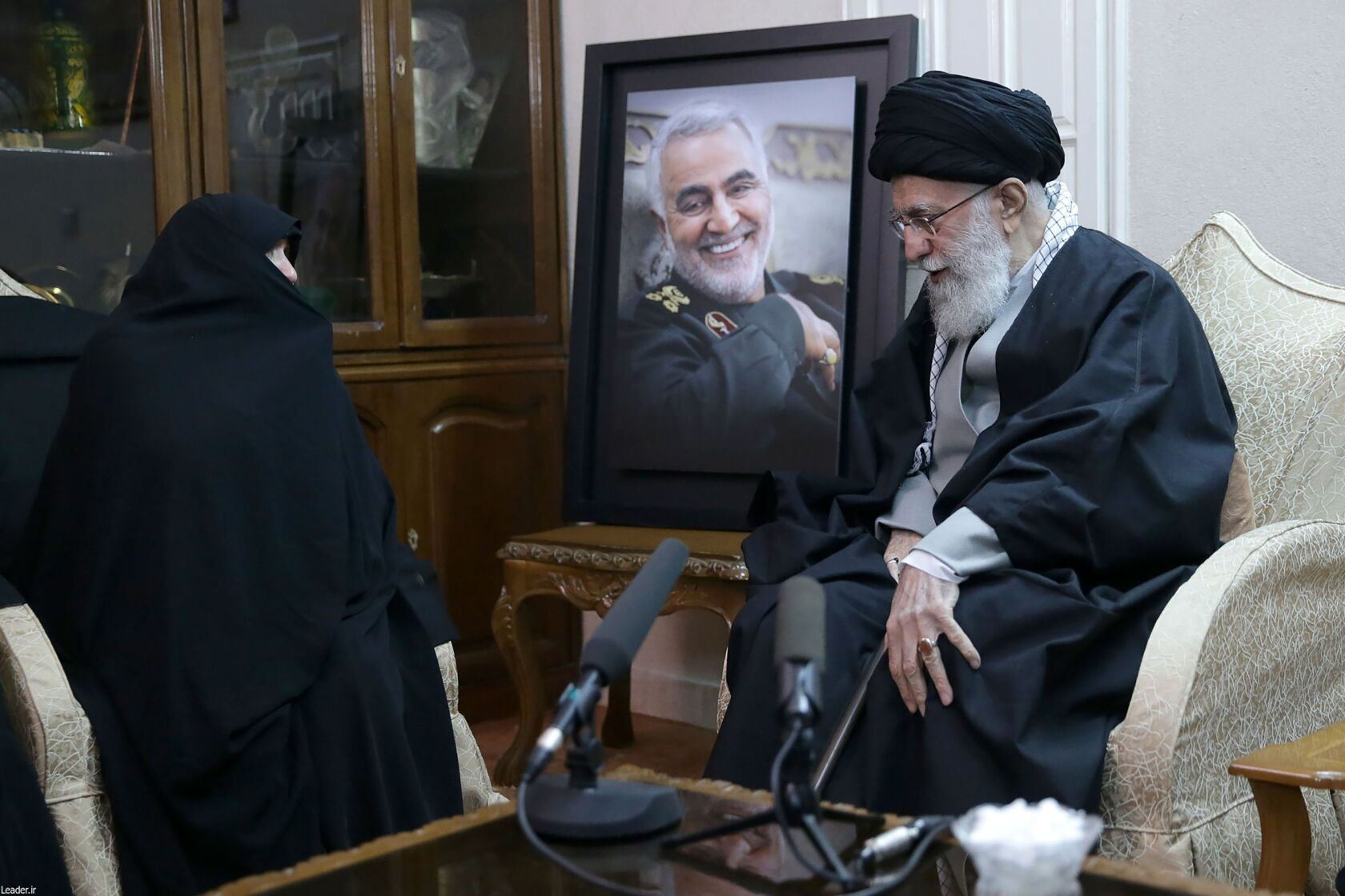 L'Ayatollah Khamenei visita la famiglia del generale Soleimani per porgere le condoglianze. Credits to: AFP/Getty Images.