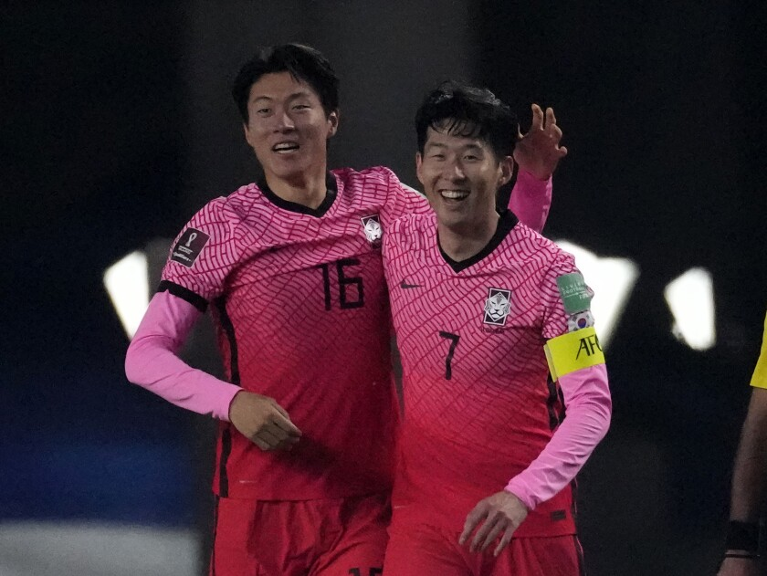El sudcoreano Hwang Ui-jo, izquierda, celebra su gol junto con su compañero Son Heung-min