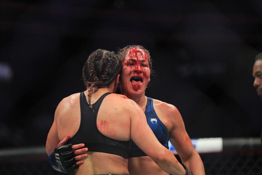 Jessica Eye (de frente) se llevó la peor parte en el choque de cabezas durante el segundo asalto.