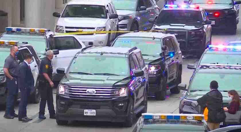 Policías resguardan la zona del ataque en el Aeropuerto de San Antonio.
