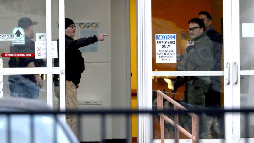 Agentes de policía trabajan en una entrada del hospital Mercy, en Chicago, luego de un tiroteo en el interior.