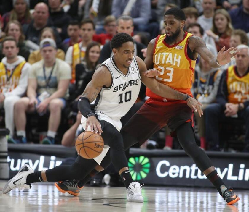 El jugador Royce O'Neale (dcha) de Utah Jazz defiende ante DeMar DeRozan (izq) de San Antino Spurs durante un partido de baloncesto de la NBA entre Utah Jazz y San Antino Spurs que se disputa esta sábado en el Vivint Smart Home Arena de Salt Lake City, Utah (EE.UU.). EFE