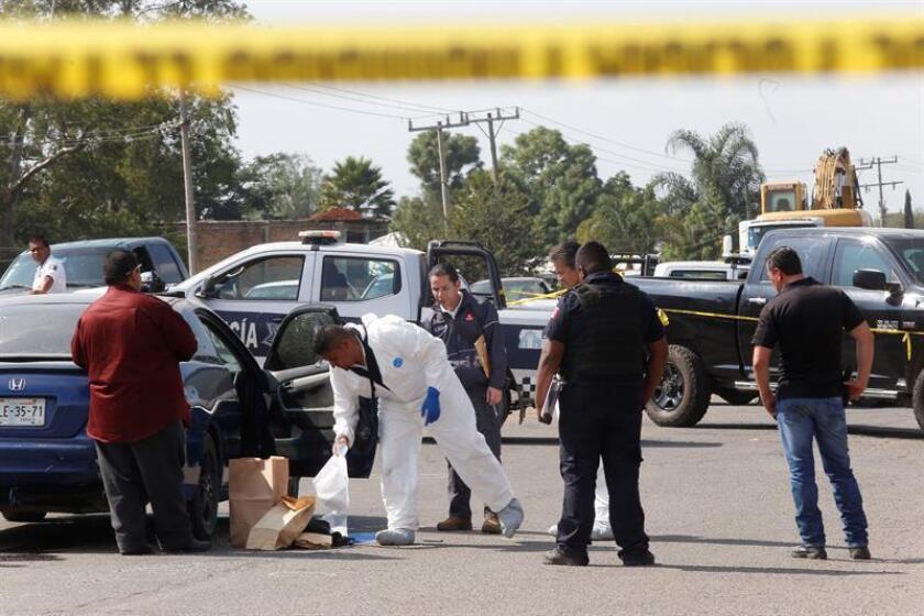 Peritos ministeriales trabajan en la zona donde un grupo armado ataco a José Manuel De Anda, hoy, en el municipio de El Salto, en la ciudad de Guadalajara, en el estado de Jalisco (México). EFE