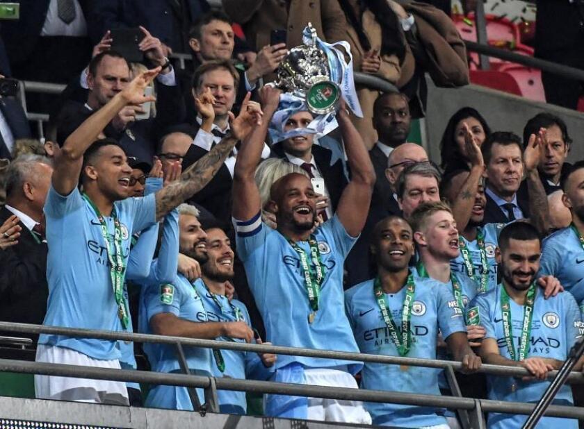 Los jugadores del Manchester City celebran su triunfo en la final que ganaron en Wembley al Chelsea FC. EFE/EPA