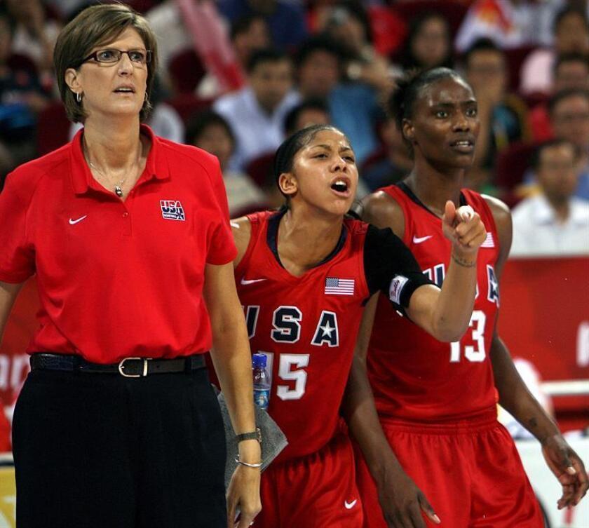 De izquierda a derecha, la entrenadora estadounidense Anne Donovan, Candace Parker y Sylvia Fowles, en una imagen de 2008. EFE/Archivo