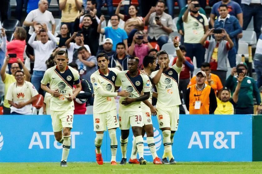 El jugador de América Roger Martínez (d) celebra una anotación ante Querétaro durante un partido de la jornada cinco del Torneo Clausura 2019 realizado en el Estadio Azteca en Ciudad de México. EFE/Archivo