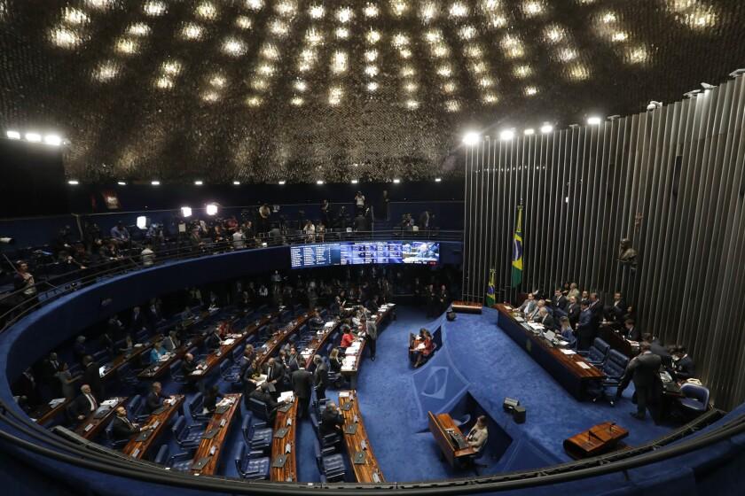 El Senado de Brasil inicia deliberaciones sobre si debe sacar del cargo permanentemente a la presidenta Dilma Rousseff, en Brasilia, el jueves 25 de agosto de 2016. La primera mujer presidenta de Brasil está acusada de realizar maiobras fsicales para ocultar déficits. (AP Foto/Eraldo Peres)