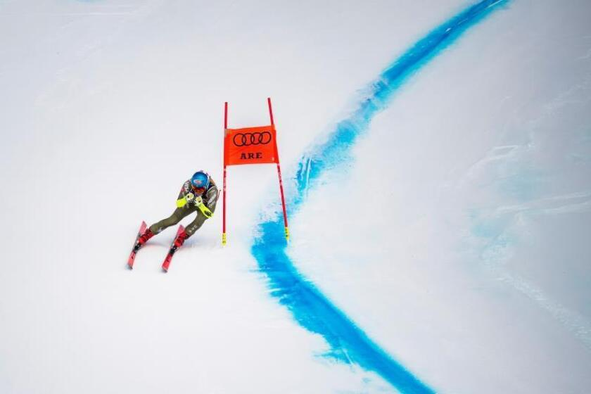 La estadounidense Mikaela Shiffrin compite en el Supergigante femenino del Campeonato del mundo de esquí alpino, este martes en Aare, Suecia. EFE