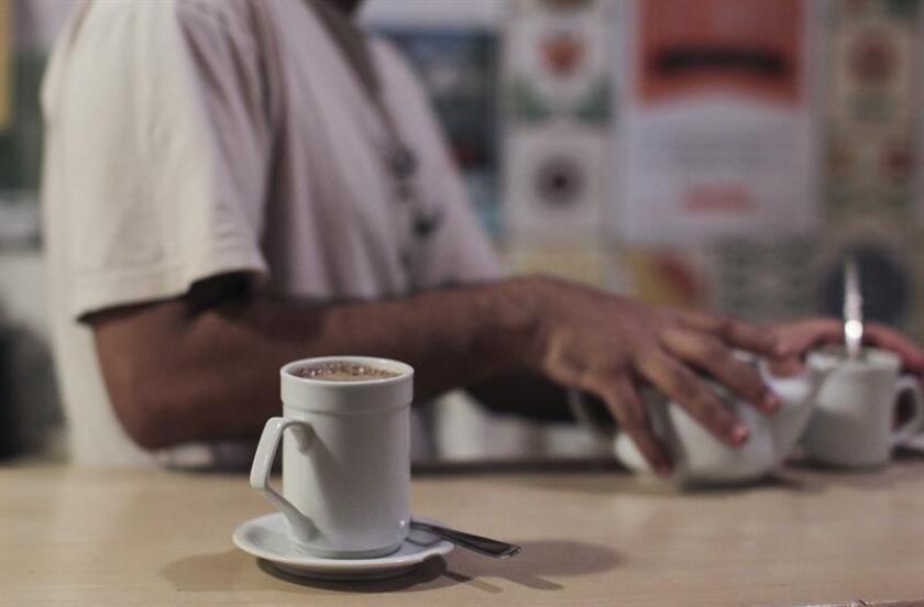 La cafeína, principal contenido del café, es un estimulante del sistema nervioso que puede generar en las personas un aumento de la tensión arterial, afectando principalmente a aquellos que sufren de hipertensión, por lo que es necesario moderar su consumo, advirtió hoy un especialista. EFE/ARCHIVO