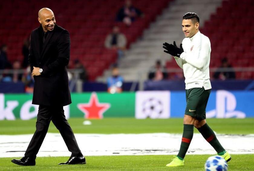 El delantero colombiano del Mónaco Radamel Falcao (d) y su entrenador Thierry Henry. EFE/Archivo