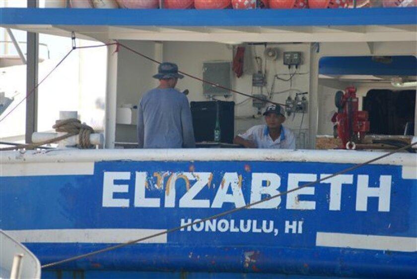 Legisladores estatales y federales prometieron mejorar las condiciones para cientos de pescadores extranjeros que trabajan en la flota comercial de Hawaii, y al menos una empresa ya había dejado de comprar pescado de las embarcaciones afectadas, tras una investigación de Associated Press que descubrió que algunos hombres han pasado años retenidos en los buques sin protecciones laborales elementales.