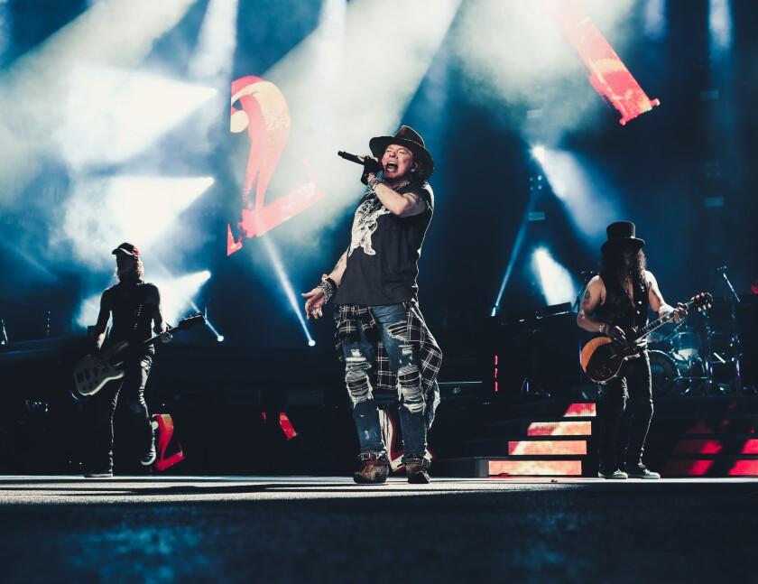 Al medio, Axl Rose (voz); a la izq., Duff McKagan (bajo); y a la der., Slash (guitarra). Todos ellos, miembros fundadores de Guns N' Roses, participaron en el concierto de ayer y estarán en el de hoy.