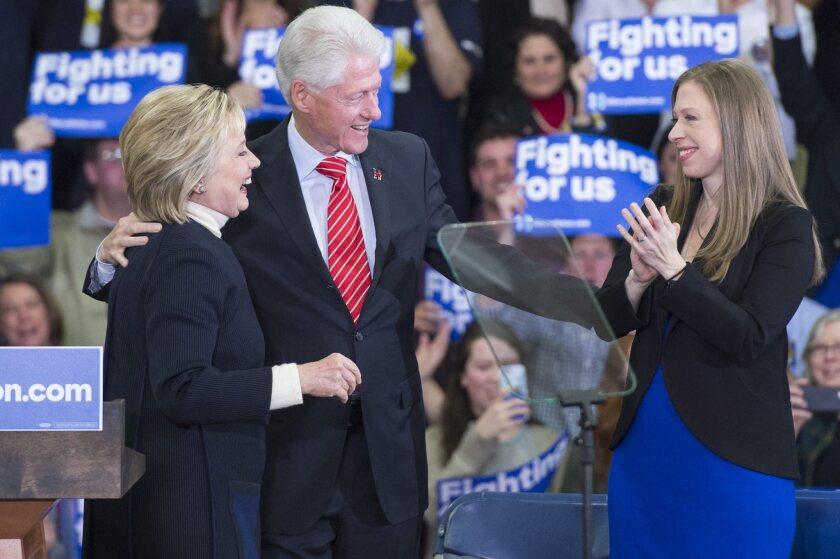 La precandidata republicana Hillary Clinton (i), su esposo Bill Clinton (c) y su hija Chelsea Clinton (d) tras el discurso en el que la precandidata reconoció el triunfo de Bernie Sanders en las elecciones primarias de Nuevo Hampshire hoy, martes 9 de febrero de 2016, en la Universidad de Hooksett, Nuevo Hampshire (EE.UU.). El millonario empresario Donald Trump venció en las elecciones primarias republicanas de Nuevo Hampshire mientras el senador Bernie Sanders lo hizo en el lado demócrata. EFE/Michael Reynolds