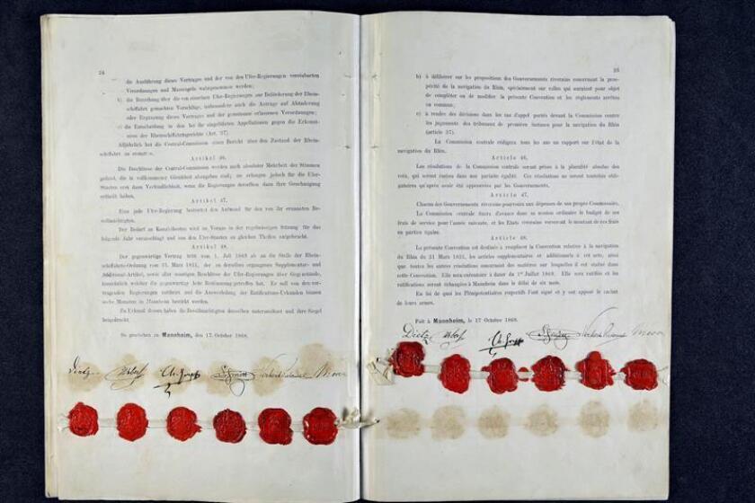 Fotografía facilitada por el Archivo departamental del Bajo Rin de las firmas del acta original de Mannheim, que regula la navegación por el Rin, firmada el 17 de octubre de 1868. EFE