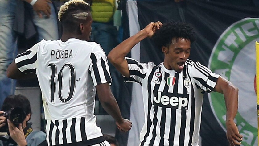 Juan Guillermo Cuadrado (d) celebra su gol con Juventus junto a Paul Pogba.